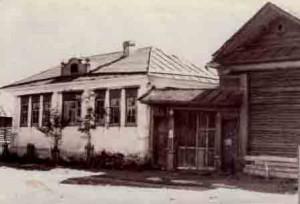 С 1937 года, в течение 35 лет небольшое  белое здание №35 по  улице Малышевой,  где разместилась городская СЮТ.