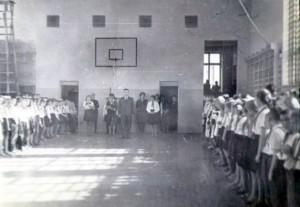 Торжественная линейка, посвященная старту 3-го года соревнования «Сияйте, ленинские звезды  (4 октября 1966г.).