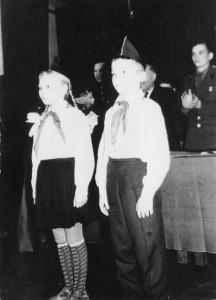 В. Попов и Обыдённова поздравляют воинов с 49-й годовщиной ленинского комсомола. 29 октября 1967 года.